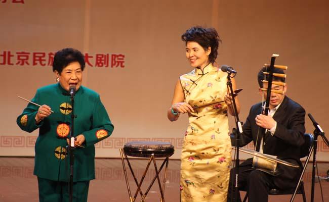由北京市文联主办,北京曲艺家协会承办的第九届天桥杯鼓曲展演系列活动于2013年11月26日至28日在京举行。展演活动包含共创曲艺繁荣,相声演员跨界唱鼓曲专场、历届天桥杯比赛获奖选手经典作品展演以及以保护、发展、传承为主题的曲韵流金,薪火传承北京鼓曲艺术展演。 26日下午,第九届天桥杯鼓曲展演些列活动启动仪式暨共创曲艺繁荣,相声演员跨界唱鼓曲专场在梨园剧场举行,相声名家王谦祥、莫岐携连春建、应宁、李宽、张硕等优秀青年相声演员共同展示了单弦、京韵、北京琴书、京东大鼓等曲种的经典唱段。27