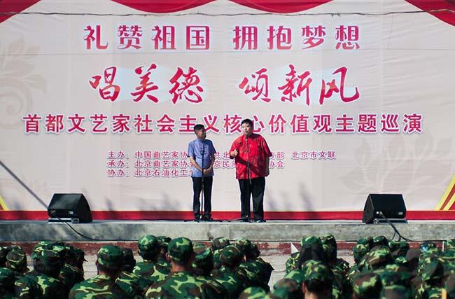 应宁、王磊表演相声《生活细节》