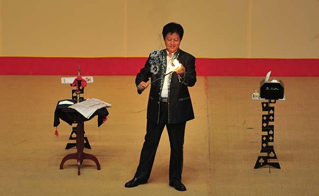 著名魔术师李学义表演《魔术集锦》