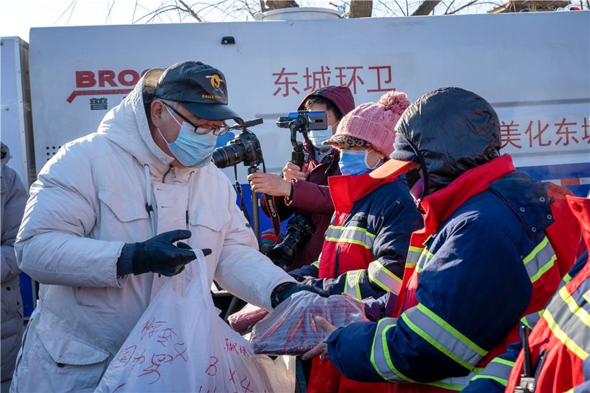 3北京慈善义工联合会驻会副会长王骏慰问环卫工人,赵瑞摄