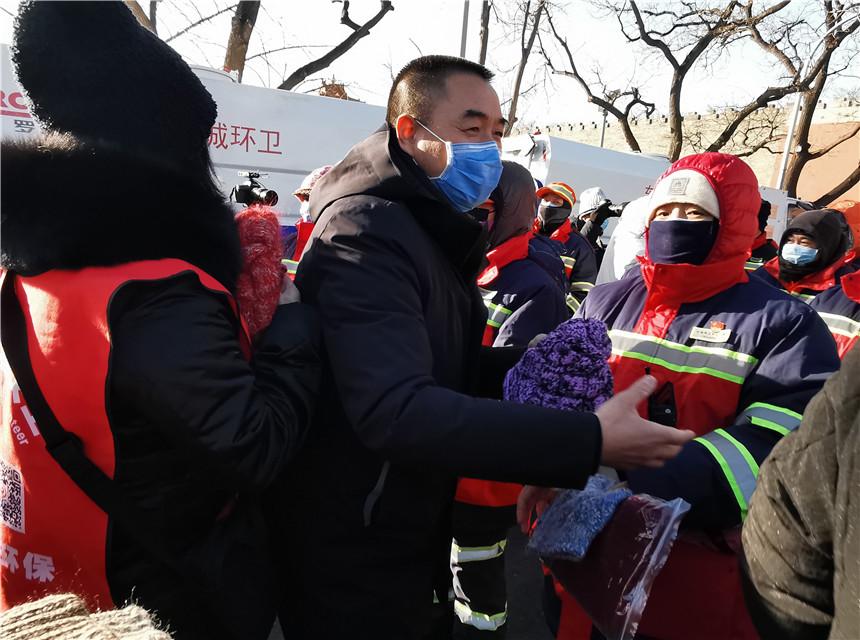 1东城环卫中心党委书记、主任高建中慰问环卫工人,张倩摄