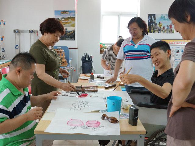 文艺志愿者为残疾人进行绘画指导_副本.JPG